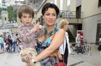 Anna Netrebko v Salcburku. Přes den matkou, večer jako Mimi.