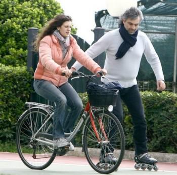 Nevidomý Andrea Bocelli miluje jízdu na kolečkových bruslích