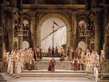 Vzkřísit Mozartova Tita v inscenaci z minulého století se v Met nepodařilo