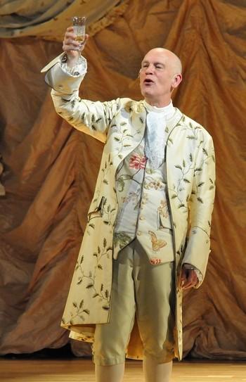 John Malkovich broukající Mozarta