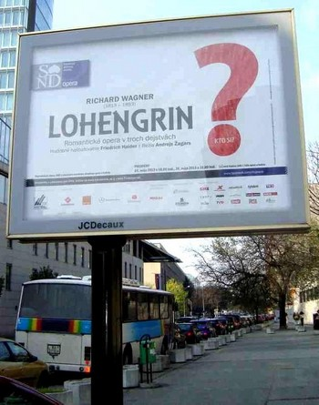Lohengrin v Bratislavě: velký otazník z plakátu doletěl pod padákem