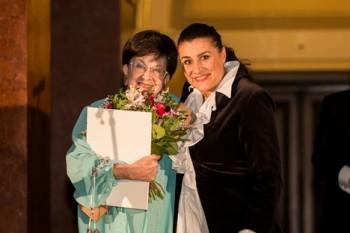 Cecilia Bartoli se v Praze ještě zdržela. Předávala ocenění Zuzaně Růžičkové, zašla si i na Českou filharmonii