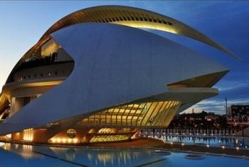 Nové divadlo ve Valencii museli kvůli poškození zavřít