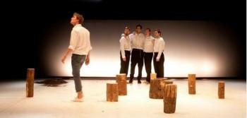 Muži a Ženy v Divadle Komedie: téměř neverbální výpravy ke kořenům