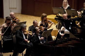 Pardubické hudební jaro (zahajovací koncert) – Adam Skoumal (klavír) a Komorní filharmonie Pardubice – Sukova síň Pardubice 2014 (foto Lada a Miloš Kolesárovi)