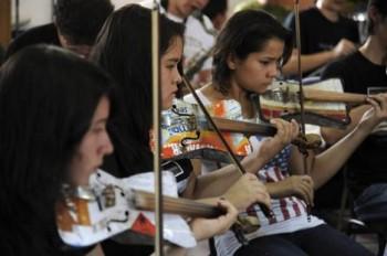 Orchestr s nástroji, vyrobenými ze šrotu, vyjíždí na další zahraniční turné