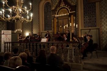 Hommage a J. S. Bach – Barocco sempre giovane, Ad-El Shalev (cembalo, dirigent), Iva Kramperová (housle) – Synagoga Heřmanův Městec 2014 (foto Lada a Miloš Kolesárovi)