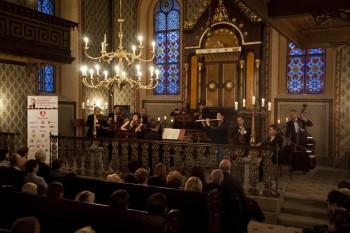 Hommage a J. S. Bach – Barocco sempre giovane, Ad-El Shalev (cembalo, dirigent), Iva Kramperová (housle), Julie Braná (flétna) – Synagoga Heřmanův Městec 2014 (foto Lada a Miloš Kolesárovi)