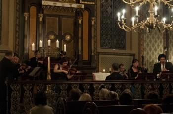 Hommage a J. S. Bach – Barocco sempre giovane, Ad-El Shalev (cembalo, dirigent), Iva Kramperová (housle), Julie Braná (flétna), Jakub Kydlíček (flétna) – Synagoga Heřmanův Městec 2014 (foto Lada a Miloš Kolesárovi)