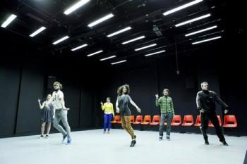Tanec Praha začal choreografií o mobilní komunikaci