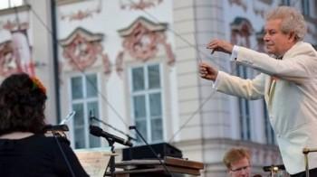 Koncertu České filharmonie tleskalo zaplněné Hradčanské náměstí