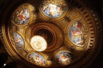 Restaurátoři obnovili strop Mahenova divadla s lunetami a lustrem