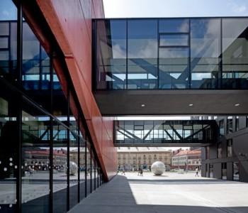 Po roce 1989 u nás vyrostlo nových divadelních budov jako šafránu