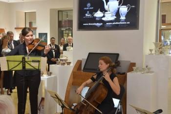 Cellistka Alžběta Vlčková a houslistka Adéla Štajnochová (foto Pavel Horník)