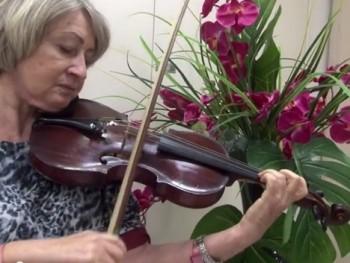 Hrála na housle, i když ji operovali