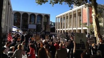 Met: protesty proti Adamsově Smrti Klinghoffera se nevyhnuly ani premiéře