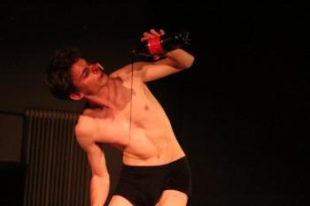 O přátelství s humorem i ironií: pohybová one-man-show