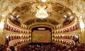 O titulcích a klanění v pražské Státní opeře