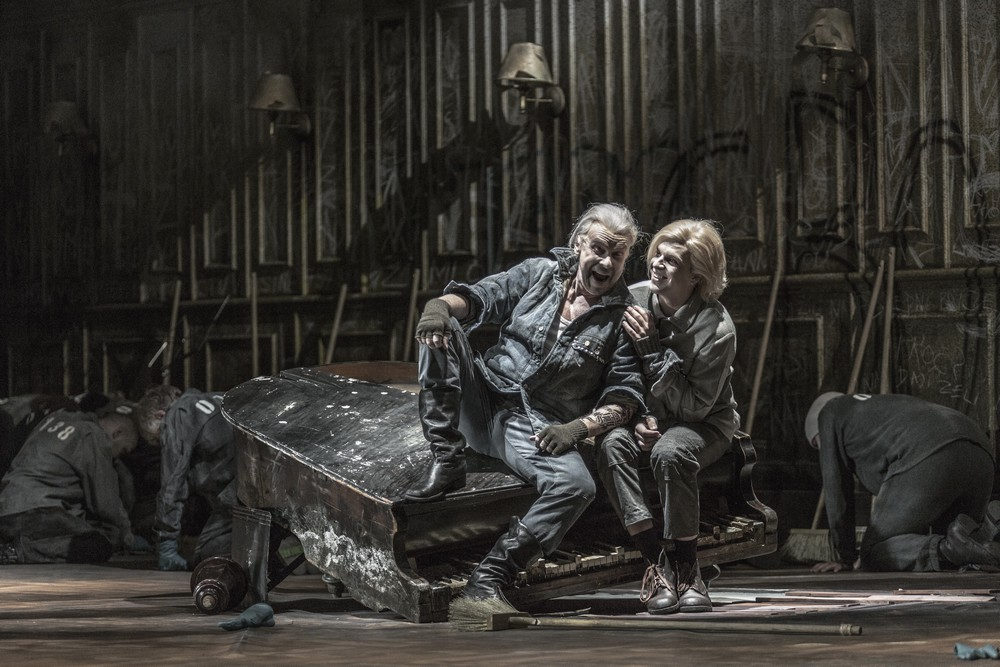 Leoš Janáček: Z mrtvého domu – Štefan Margita (Luka Kuzmič), Michal Bragagnolo (Aljeja) – ND Praha 2015 (foto Patrik Borecký)