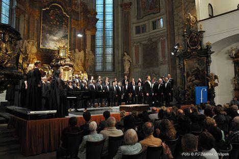 Ozvěny z kůru jako balzám na duši. Pražský filharmonický sbor u svatého Šimona a Judy