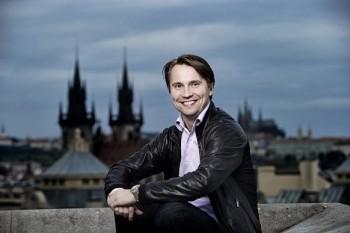 Pražští symfonikové si přivedli nového šéfdirigenta a také Curu coby rezidenčního umělce