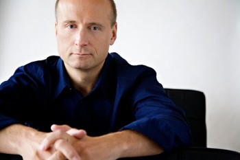 Dirigent Järvi si musel najmout ochranku. Poté, co uvedl Šostakovičova prosovětská díla