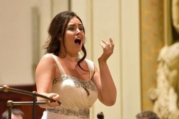 Černý Massenet a bílý Puccini: Sonya Yoncheva v Praze