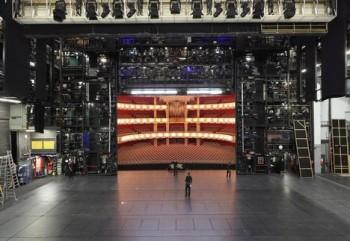 Současná doba skutečně moderní opeře na velkých scénách nepřeje?