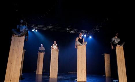 SKUTR a Losers Cirque Company staví alegorii dětství z prken a křídy