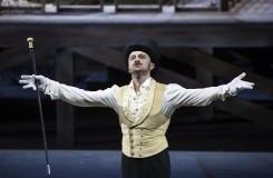 Je to činohra? Nebo přece jen opera? Mackie Messer – salcburská Třígrošová opera