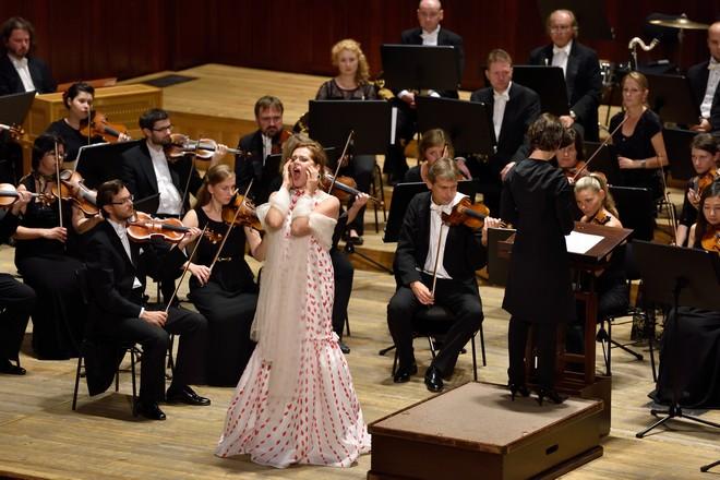 Kristīne Opolais, Oksana Lyniv, PKF – Prague Philharmonia – Smetanova síň Obecního domu Praha 2015 (foto Petr Dyrc)