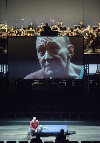 Helmut Lachenmann: Das Mädchen mit den Schwefelhölzern - Michael Mendl, Ensemble, Frankfurter Opern, Museumsorchester - Oper Frankfurt 2015 (foto © Monika Rittershaus)