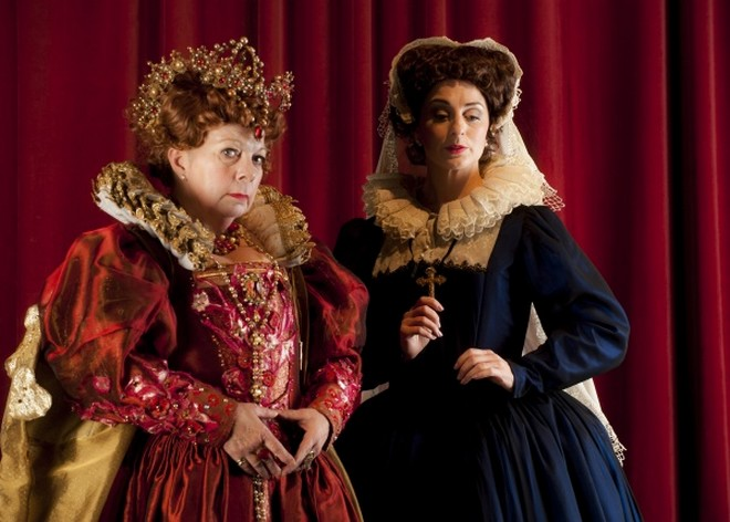 Gaetano Donizetti: Mary Stuart - Rosmund Illing (Queen Elizabeth I) and Elena Xanthoudakis (Mary Stuart) - Athenaeum Theatre 2015 (foto Robin Halls)