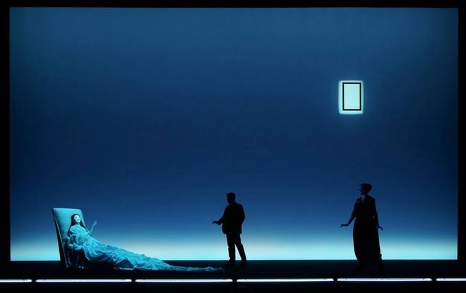 Giuseppe Verdi: La traviata – Myung Joo Lee (Violetta Valéry), Dominik Nekel (Doktor Grenvil), Kerstin Eder (Annina) – Musiktheater 2015 (foto Olaf Struck)