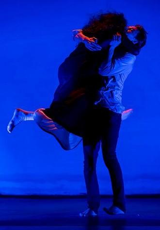 Lessons of Touch – choreografie Jiří Bartovanec – Nina Vangeli a Radim Vizváry ‒ Experimentální prostor NoD Praha 2015 (foto Vojtěch Brtnický)