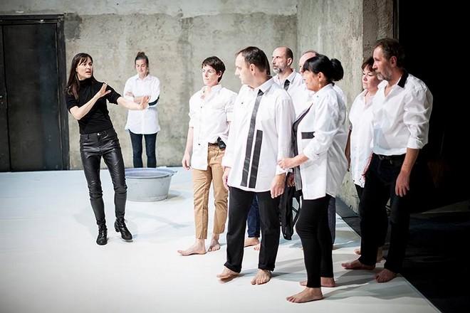 Lessons of Touch – choreografie Jiří Bartovanec – Miřenka Čechová ‒ Experimentální prostor NoD Praha 2015 (foto Vojtěch Brtnický)