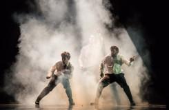 Taneční pocta ping-pongu, nebo společenská satira?
