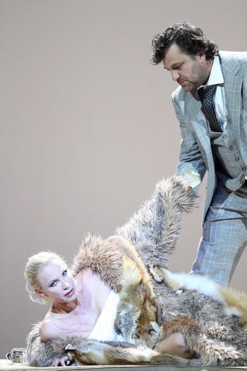 Leoš Janáček: Die Sache Makropulos - Nadja Michael, Gustáv Beláček - Nationaltheater Mnichov 2014 (foto W. Hösl)