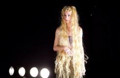 Zlo ve zlatém hávu v taneční inscenaci Karen Foss
