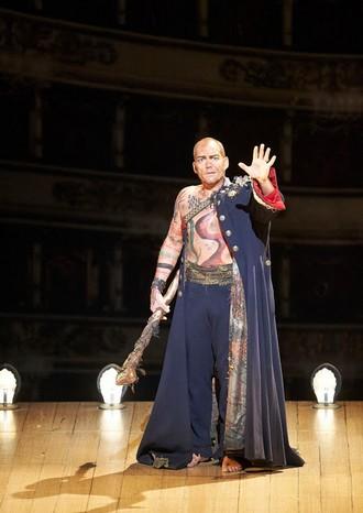 Thomas Adès: The Tempest - Christopher Maltman (Prospero) - Wiener Staatsoper Vídeň 2015 (foto Wiener Staatsoper/ Michael Pöhn)