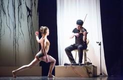 Pavel Šporcl mezi tanečníky na divadelních prknech