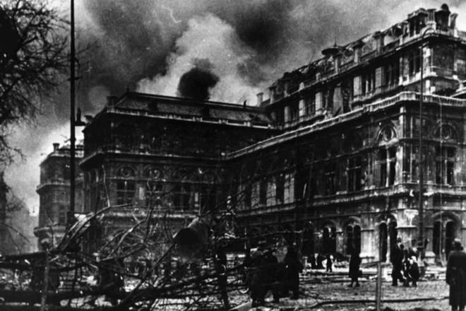 Wiener Staatsoper v plamenech po bombardování 12. března 1945 (foto Wiener Staatsoper)