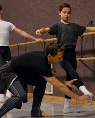 Matthew opravuje studenta na corrects v Central Pennsylvania Youth Ballet (foto courtesy Central Pennsylvania Youth Ballet)
