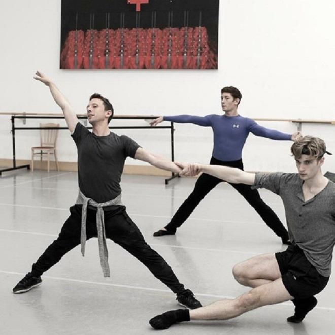 Matthew na skuske Nižinského v balete SND na fotke Mathew Powell, Artemiy Pyzhov, Dominic Ballard