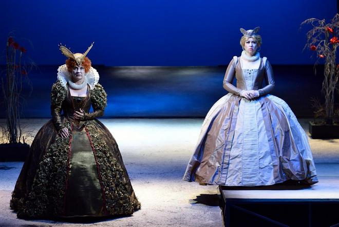 G.Donizetti: Roberto Devereux - Jana Šrejma Kačírková (Alžběta, anglická královna), Michaela Kapustová (Sára, vévodkyně z Nottinghamu) - NDM 2015 (foto Martin Popelář)