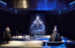 Přepychové kostýmy, důraz na herectví. Závěr trilogie tudorovských královen v Ostravě