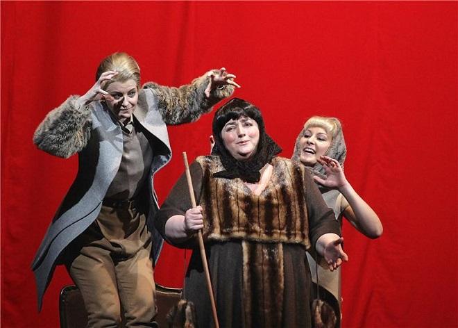 M.P.Musorgskij: Boris Godunov - Sylva Čmugrová (Fjodor), Yvona Škvárová (Chůva), Michaela Kušteková (Xenie) - ND 2015 (foto Hana Smejkalová)