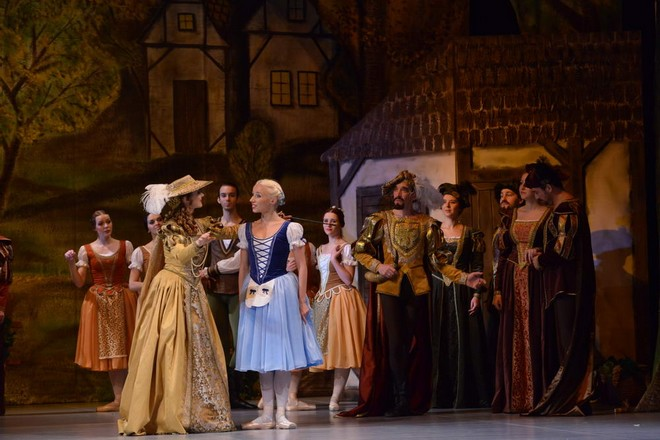 Adolphe Charles Adam: Giselle - Julia Geyst (Bathilde), Michaela Gupfinger (Giselle), Kníže z Courlandu: Vyačeslav Pleškov (Kníže z Courlandu) - SD Ústí nad Labem 2015 (foto SD Ústí nad Labem)