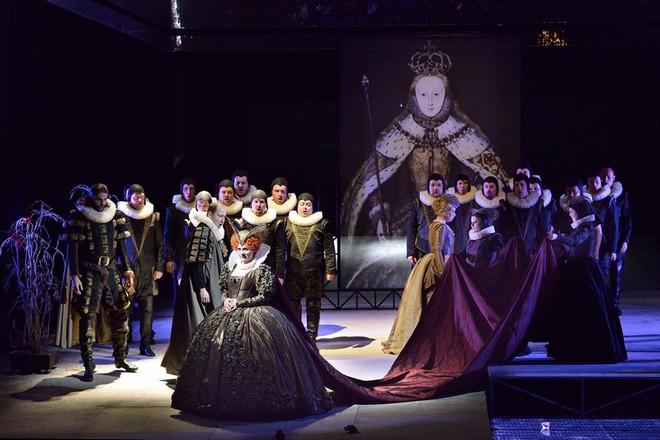 Gaetano Donizetti: Roberto Devereux - Jana Šrejma Kačírková (Alžběta) - NDM Ostrava (foto Martin Popelář)