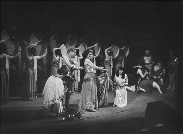 Z.Fibich: Námluvy Pelopovy - Eduard Kohout (Pelops), Marie Glázrová (Hippodamie) a sbor - ND Praha 1950 (foto Karel Drbohlav)